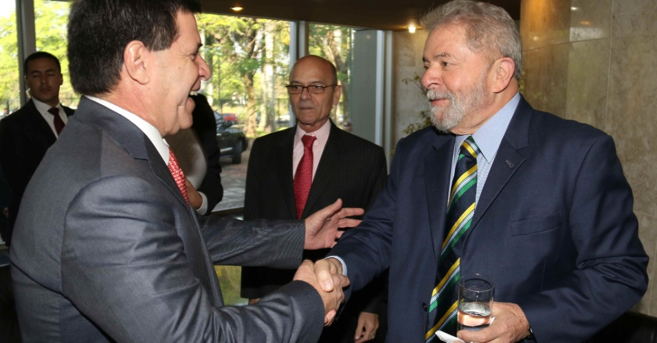 8.set.2015 - O presidente paraguaio Horacio Cartes (à esq.) cumprimenta o ex-presidente brasileiro Luiz Inácio Lula da Silva na sede do Banco Central do Paraguai, em Assunção. Lula participará do seminário internacional