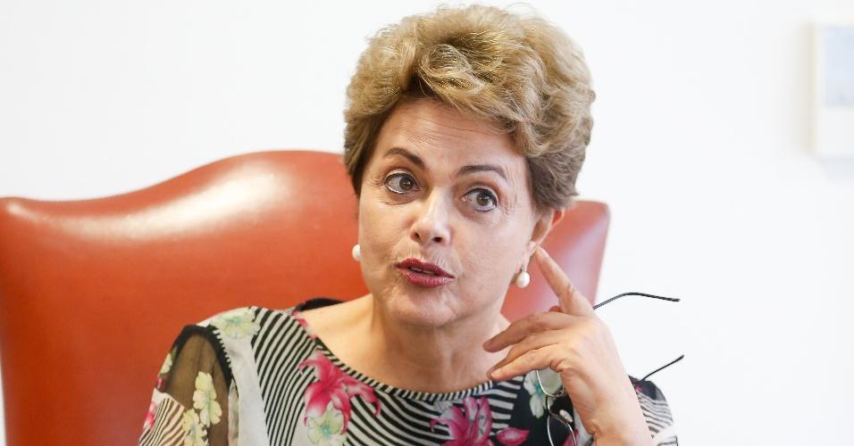 24.ago.2015 - A presidente Dilma Rousseff dá entrevista em seu gabinete no Palácio do Planalto. Ela negou qualquer possibilidade de afastamento do ministro da Fazenda Joaquim Levy