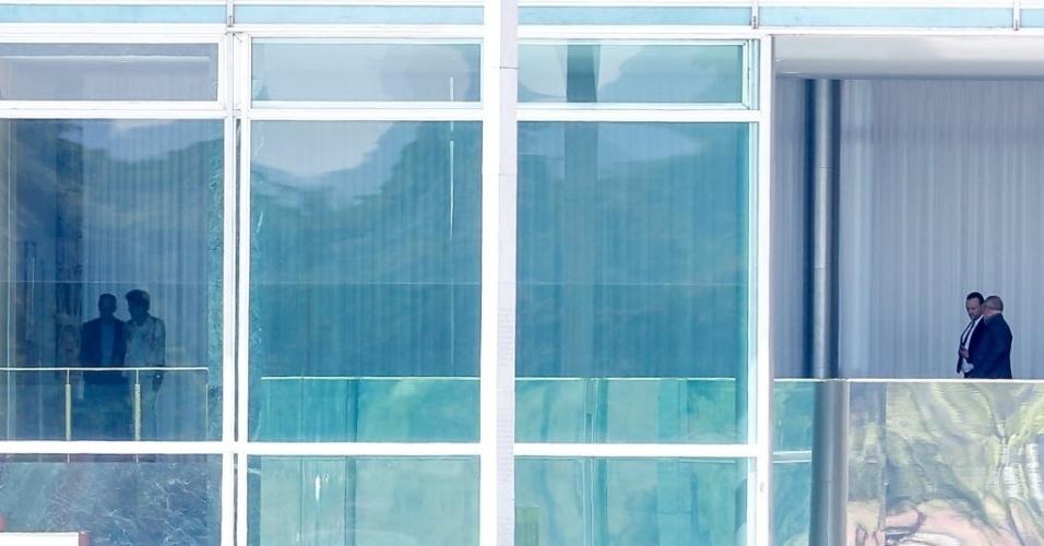 1º.out.2015 - Presidente Dilma Rousseff realiza almoço para definir a reforma ministerial no Palácio da Alvora, em Brasília (DF). Na foto, Dilma está ao lado do presidente do PT, Rui Falcão. O ex-presidente Luiz Inácio Lula da Silva chega para a reunião juntamente com o ministro da Secretaria de Comunicações, Edinho Silva. Também participaram da reunião Aloízio Mercadante e o ministro das Comunicações, Ricardo Berzoini. Na quarta-feira (30), o jornalista Fernando Rodrigues disse que saída de Mercadante da Casa Civil foi um pedido de Lula aceito por Dilma