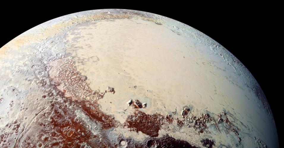16.out.2015 - Imagem registrada pela sonda New Horizons mostra a planície gelada de Plutão, chamada de Sputnik Planum. As cores aparecem através do registro infravermelho. A região é rica em nitrogênio, monóxido de carbono e hidrato de metano. De acordo com os cientistas, Plutão contém uma rica variedade de cores em sua superfície. Em regiões mais altas ele é mais claro e azul.