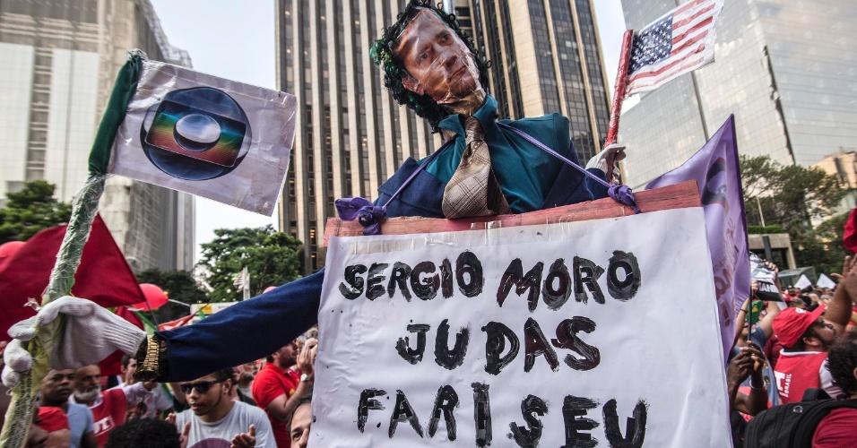 18.mar.2016 - Em cartaz misturado com boneco exibido na cidade de São Paulo, Sérgio Moro, juiz da Operação Lava Jato, é apontado como