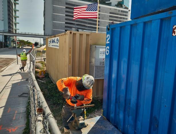Trabalhador na área do Miami Worldcenter, um projeto de US$ 2 bilhões que inclui lojas, restaurantes, apartamentos e um hotel, em Miami (EUA