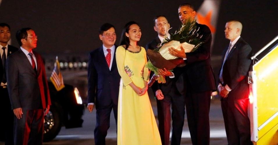 22.mai.2016 - O presidente dos Estados Unidos, Barack Obama, desembarca no aeroporto de Hanói, no Vietnã, neste domingo. Obama fará uma visita de três dias com o objetivo de fortalecer laços econômicos e de defesa com o país