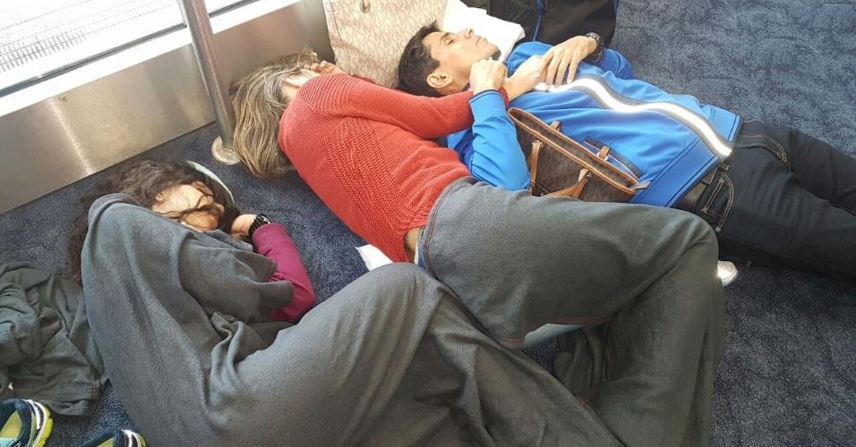 3.ago.2016 - Brasileiros dormem no saguão do aeroporto de Miami (EUA), após cancelamento de voos para o Brasil devido ao mau tempo