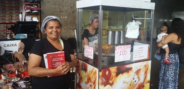 Maria Odete Silva vende churros para realizar o sonho de se formar em direito