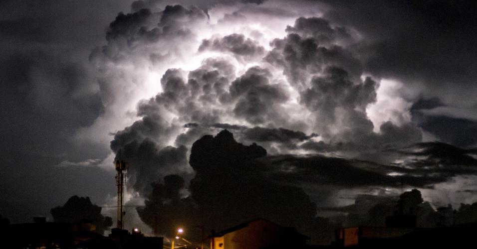 11.mar.2016 - Tempestade com raios assusta a Vila Medeiros, na zona norte de São Paulo. Possibilidade de novas chuvas amedronta paulistas, que tiveram dia trágico com alagamentos, mortes e deslizamentos de terra
