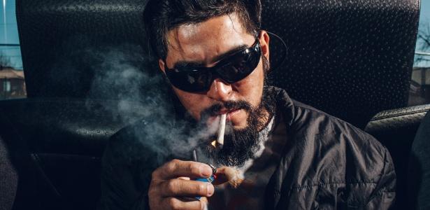 """O """"turista da maconha"""" Jode Montiel, de Miami, fuma cigarro durante tour em Denver, no Colorado (EUA)"""