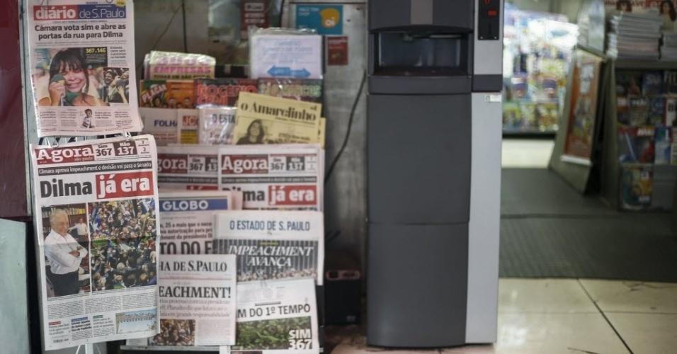 18.abr.2016 - Manchetes de alguns dos principais jornais do Brasil destacam a aprovação na Câmara dos Deputados da abertura de impeachment contra a presidente Dilma. Na noite anterior, 367 deputados federais seguiram o relator Jovair Arantes (PTB-GO) e votaram pela admissão do processo, que agora segue para votação no Senado