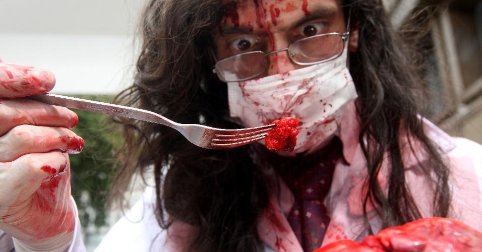 """2.nov.2015 - """"Sopa de miolos"""" falsa preparada por participante da Zombie Walk, em São Paulo. A marcha dos zumbis acontece desde 2006 no Dia de Finados"""