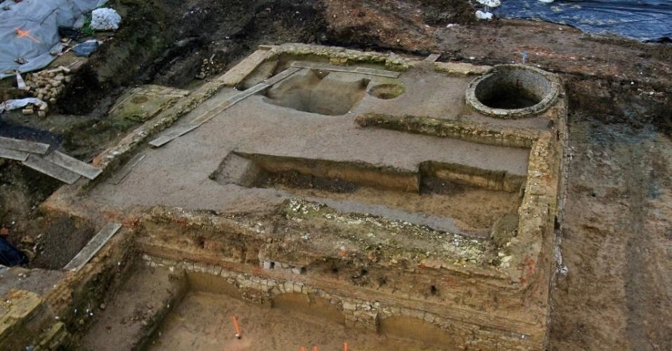 15.mar.2016 - Escavações arqueológicas encontraram restos do castelo de Phalecque, que datam do século 16, em Lila, na França. O Instituto Nacional de Investigação Arqueológica Preventiva comunicou que a descoberta é importante para conhecer a história da cidade