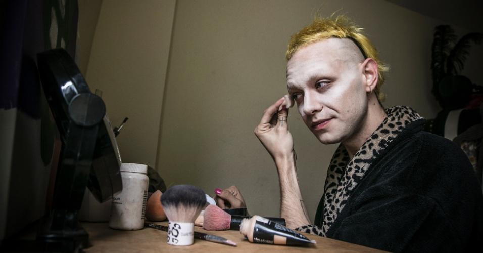 28.mai.2016 - Víctor Ivanon, 22, estudante de design, é o criador de Ivana Wonder, drag queen que ele classifica como