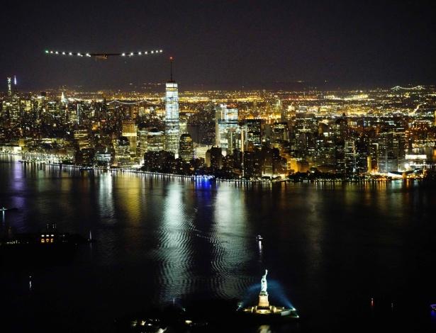 O avião Solar Impulse 2 se aproxima de Nova York para pouso no aeroporto JFK