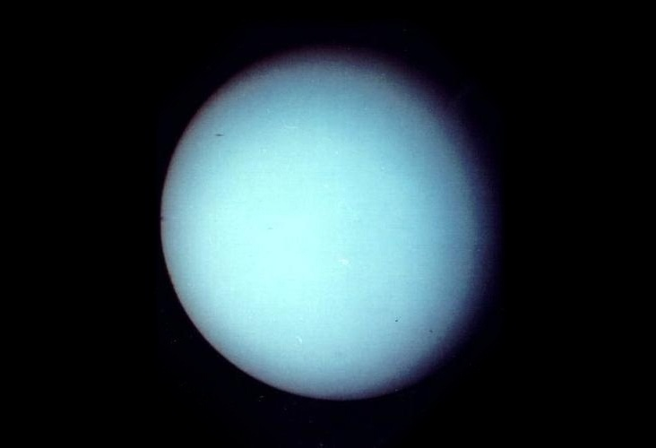 27.ago.2015 - Descoberto em 1781 pelo astrônomo alemão William Herschel, foi o primeiro planeta a ser encontrado com a ajuda de um telescópio. Ele está tão distante do Sol que leva 84 anos para dar uma volta completa ao redor do nosso astro-rei. Assim como em Vênus, o sol se põe no oeste em Urano. A imagem foi feita em 1986 pela Voyager 2, única espaçonave que sobrevoou Urano
