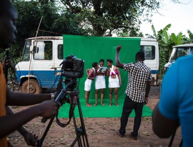 Atrizes checam o roteiro antes da gravação de uma cena de filme no vilarejo de Illah (Nigéria). Conhecida como Nollywood, a indústria cinematográfica do país dá chance aos africanos de se identificarem com aquilo que veem nas telas e nas TVs