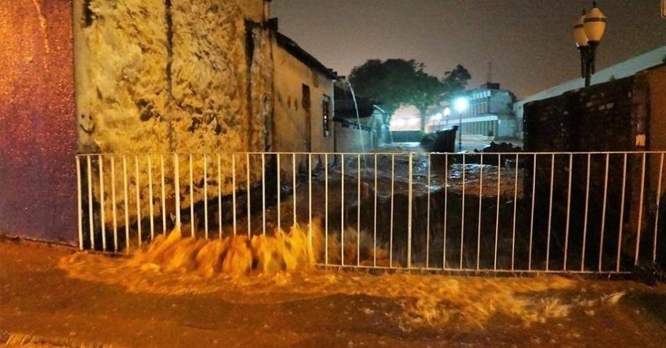 11.mar.2016 - O rio Ribeirão Jacaré transbordou na avenida dos Expedicionários Brasileiros, na Vila Brasileira, em Itatiba