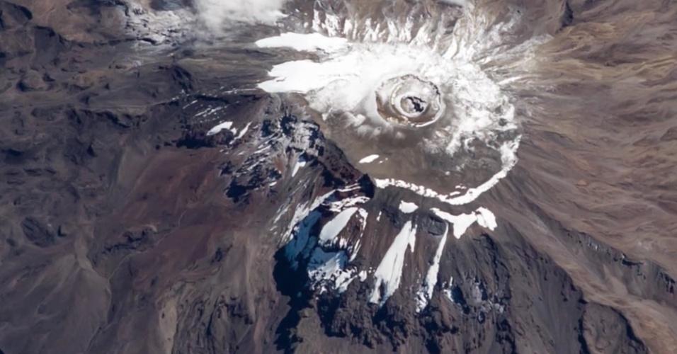 26.mar.2016 - Esta imagem registrada pelo astronauta norte-americano Jeff Williams mostra como é o Monte Kilimanjaro observado do espaço. A bordo da ISS (Estação Espacial Internacional), ele registrou a formação rochosa do antigo vulcão. O Kilimanjaro é o pico mais alto da África, com altura de 5 895 m no Pico Uhuru, e está situado no norte da Tanzânia, na fronteira com o Quênia