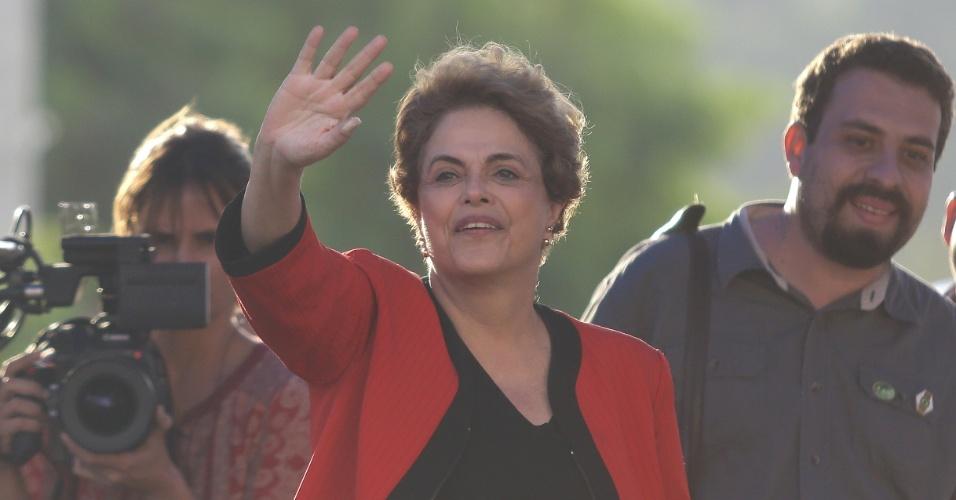 8.jul.2016 - A presidente afastada, Dilma Rousseff, visita o Conjunto Habitacional João Cândido, no Jardim Salete, em Taboão da Serra (SP). Ao seu lado está o coordenador do MTST (Movimento dos Trabalhadores Sem Terra), Guilherme Boulos
