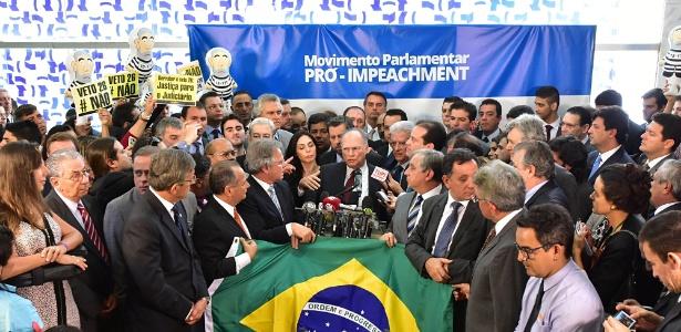Deputados de vários partidos lançaram na manhã desta quinta-feira site com abaixo assinado pelo impedimento da presidente da República, Dilma Rousseff (PT). No centro, deputado Roberto Freire (PPS-SP)