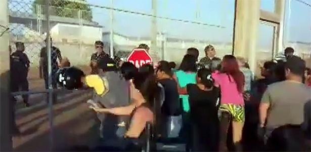 Familiares de detentos protestam durante rebelião em Boa Vista