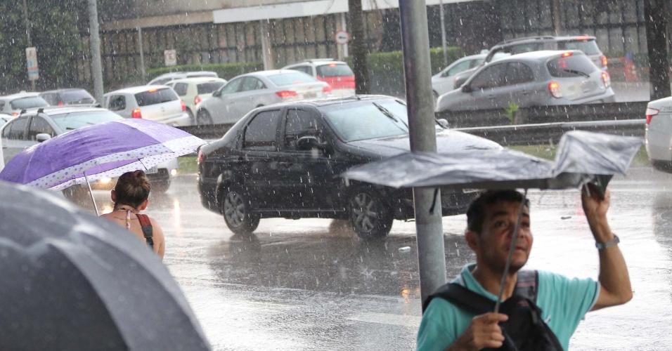 20.out.2016 - Chuva na avenida Washington Luís, em São Paulo