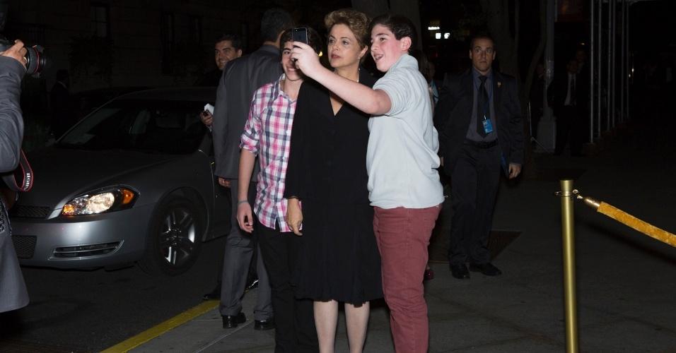 25.set.2015 - A presidente Dilma Rouseff tira uma 'selfie' com os gêmeos Alexandre e Fernando Zukerman, 14 anos que estão em Nova York a passeio