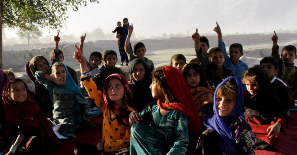 3.out.2015 - Crianças assistem aula em uma escola ao ar livre de Jalalabad, leste do Afeganistão. Cerca de 3,5 milhões de crianças afegãs, de acordo com a Unicef, estão fora da escola, embora o país tenha feito grandes conquistas no campo da educação nos últimos 14 anos