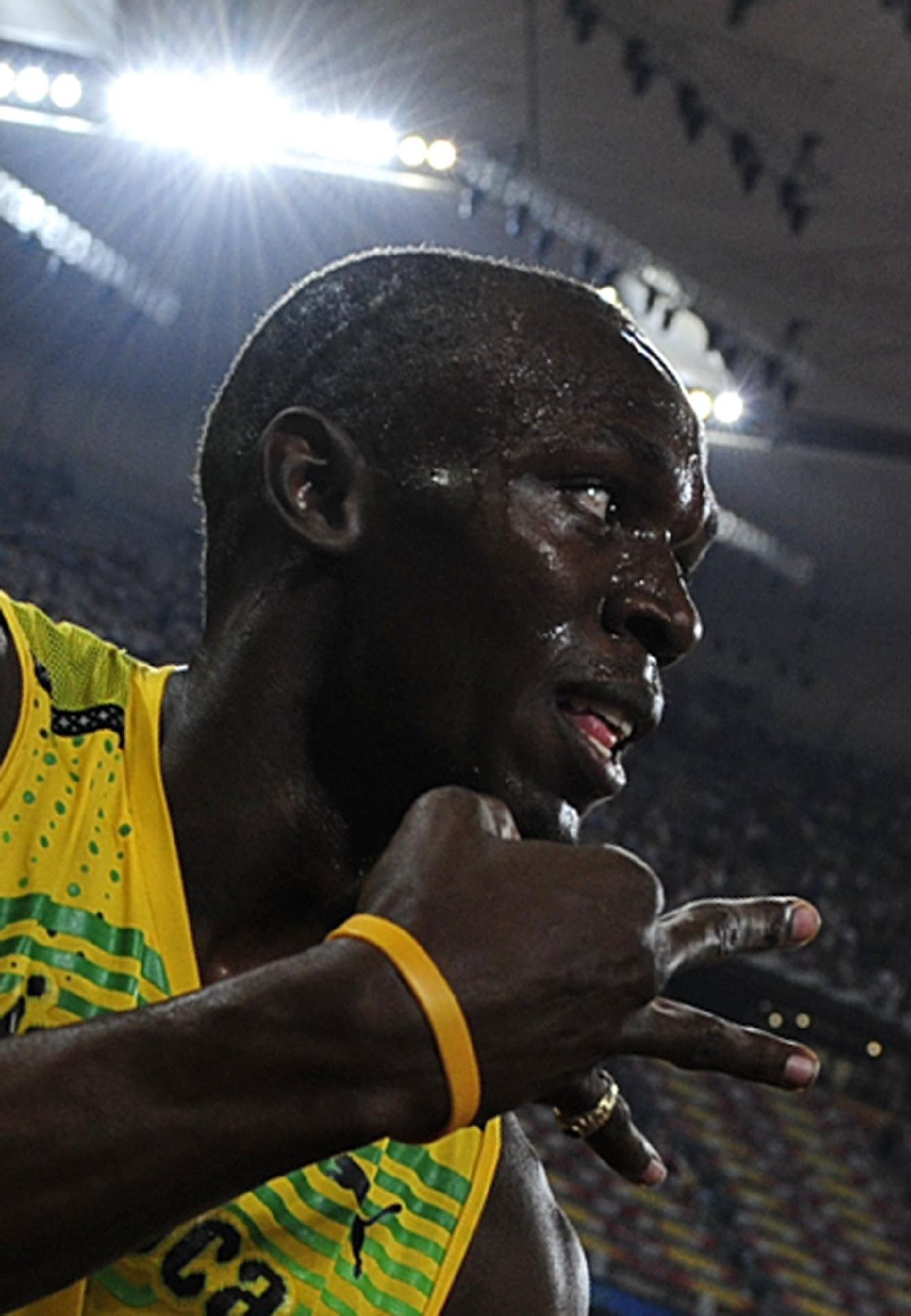 E foram três ouros de Bolt em Pequim-2008, como ele indica com os dedos: o último, do revezamento 4x100 m, com a equipe jamaicana