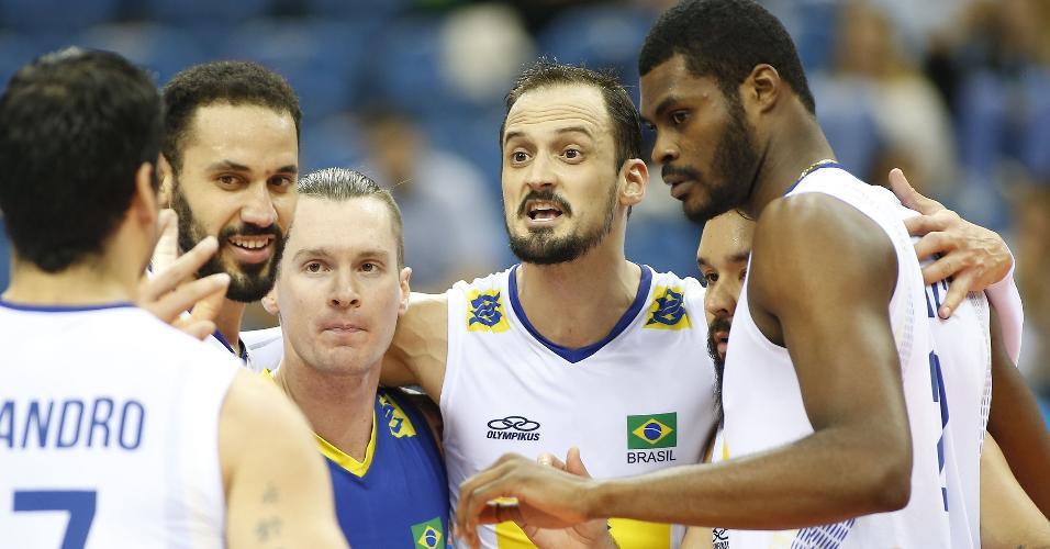 Jogadores do Brasil comemoram ponto conquistado contra os Estados Unidos, na Liga Mundial