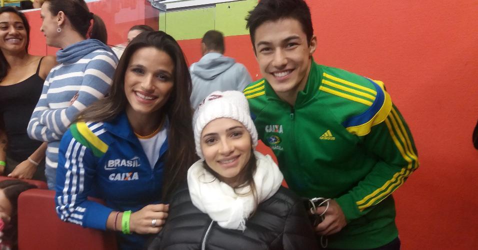 Laís Souza posa para foto com os ginastas Jade Barbosa e Arthur Nory durante a Copa do Mundo de ginástica em São Paulo