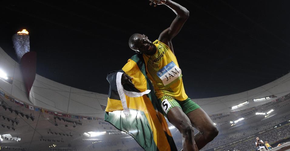 Bolt, ao encerrar a prova de 4x100 m de Pequim-2008 com mais um ouro, comemora bem ao seu estilo: irreverente