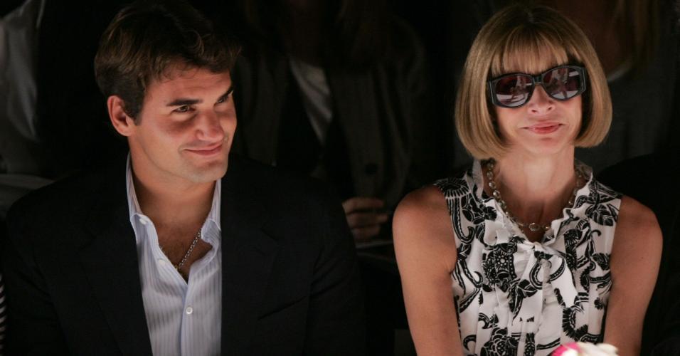 Roger Federer ao lado de Anna Wintour, editora da Vogue, durante o desfile de Oscar de la Renta em 2006