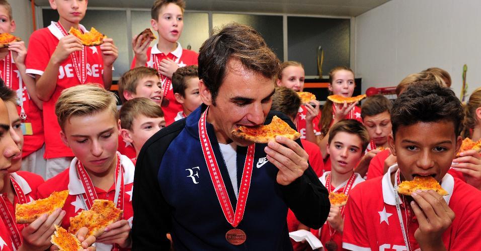 Roger Federer come pizza com pegadores de bola do ATP da Basileia, sua cidade natal