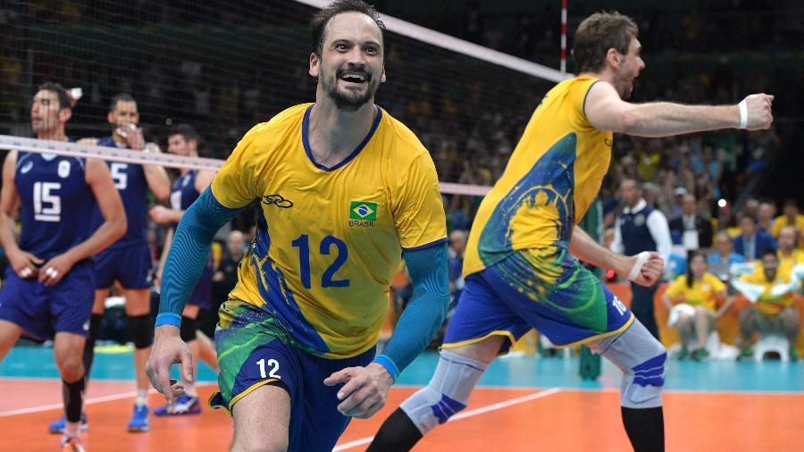 http://imguol.com/c/olimpiadas/c0/2016/08/21/lipe-e-bruninho-comemoram-ouro-no-volei-masculino-1471802775427_v2_900x506.jpg
