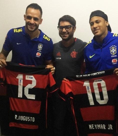 Renato Augusto e Neymar recebem camisa do Flamengo