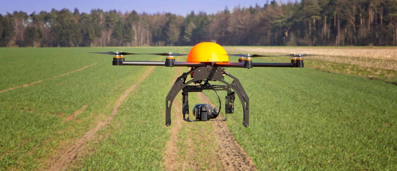 <strong>Agropecuária</strong> Drones podem ser usados para a aplicação de pesticidas, supervisão das plantações (adquirindo informações a respeito do desenvolvimento das lavouras) e até para a identificação de possíveis doenças no gado.