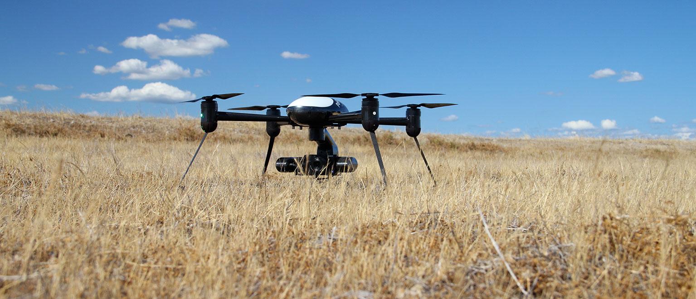 <strong>Localização de pessoas perdidas</strong> Em áreas de difícil acesso, o drone se torna um instrumento de busca perfeito, já que pode ser decolado rapidamente e, ao contrário dos helicópteros, pode passar muito tempo no ar e se aproximar de áreas mais arriscadas.