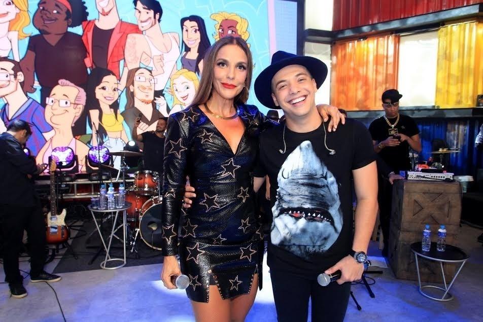 5.abr.2016 - O cantor também foi fotografado ao lado de Ivete Sangalo