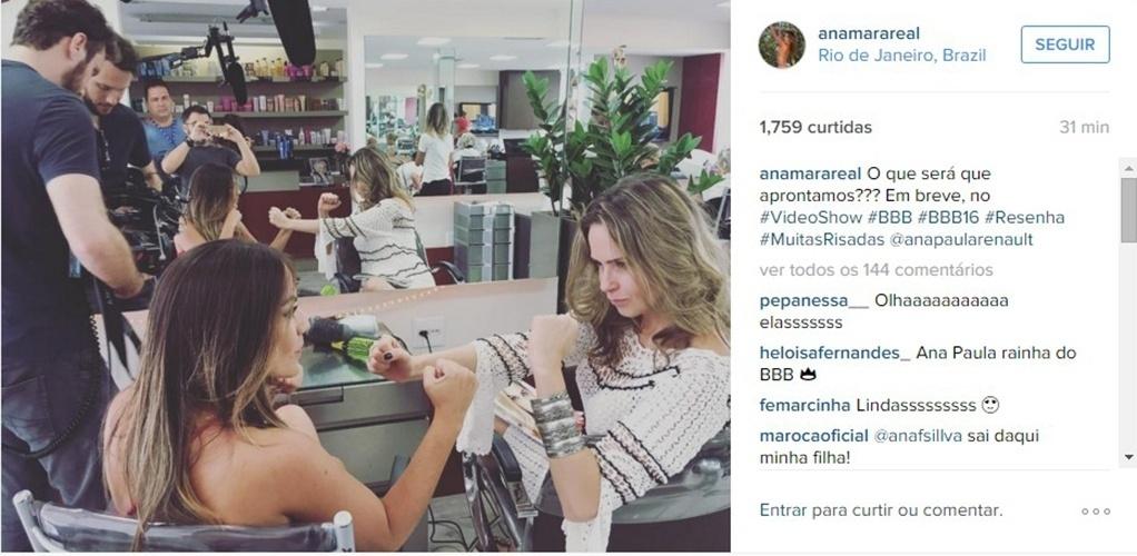 10.mar.2016 - Ana Paula brinca com a ex-BBB Anamara nos bastidores do