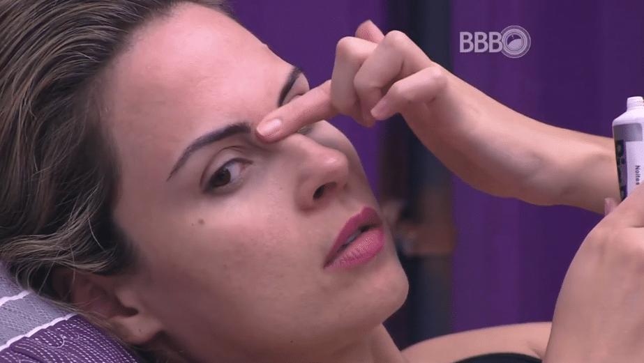 3.fev.2016 - Ana Paula se prepara para dormir e relembra discurso de Bial sobre Laércio. A sister acredita que Laércio não seja bom como o apresentador disse.