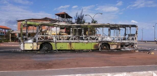 Ônibus incendiado por criminosos no município de Raposa, região metropolitana de São Luís