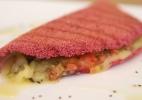 Tapioca com queijo, tomate e pesto de manjericão