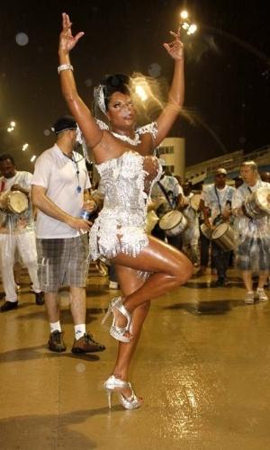 14.dez.2012 - Adriana Bombom, madrinha da bateria da escola de samba Nenê de Vila Matilde, participou do ensaio técnico da escola no sambódromo de São Paulo