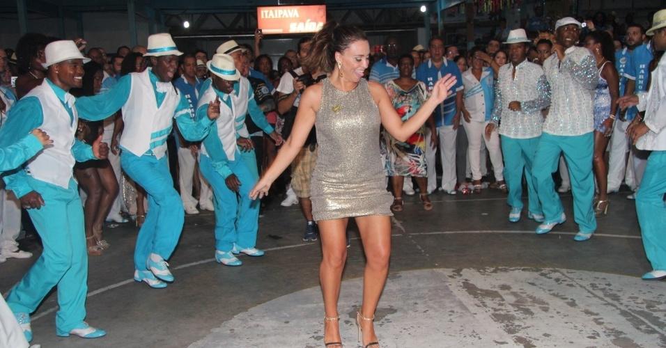 15.dez.2012 - A atriz Suzana Pires prestigiou o ensaio da escola de samba carioca Unidos de Vila Isabel, na zona norte do Rio