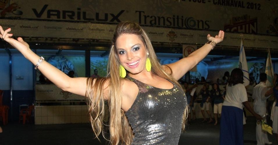 15.dez.2012 - Jéssica Lopes, a Peladona de Congonhas,  participou do ensaio da Império de Casa Verde na quadra da escola em São Paulo