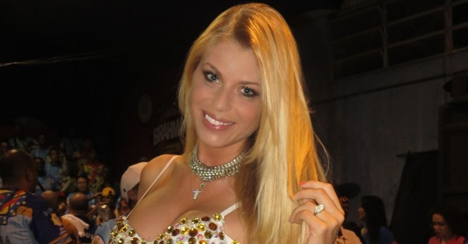 A modelo Caroline Bittencourt desfilar pelo segundo ano consecutivo como madrinha da escola (15/12/12)