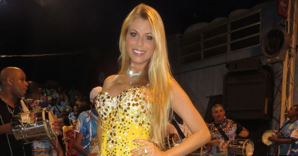 Madrinha da bateria, Caroline Bittencourt brilhou em ensaio na quadra da Tucuruvi (15/12/12)