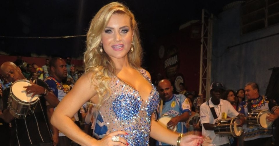 Thaiz Schimitt ser destaque no desfile da Tucuruvi (15/12/12)