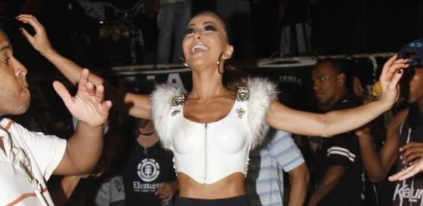 21.dez.2012 - A madrinha de bateria da Gaviões da Fiel, Sabrina Sato, samba no ensaio técnico da escola no Anhembi, em São Paulo