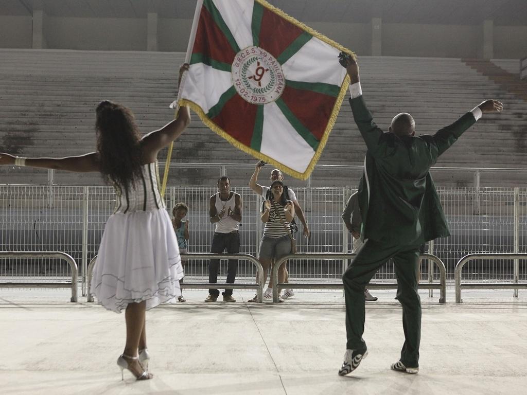 5.jan.2013 - A escola que inaugurou a passarela do samba para o primeiro ensaio técnico deste ano foi a X-9 Paulistana. A comissão de frente entrou por volta das 21h40 levando o enredo