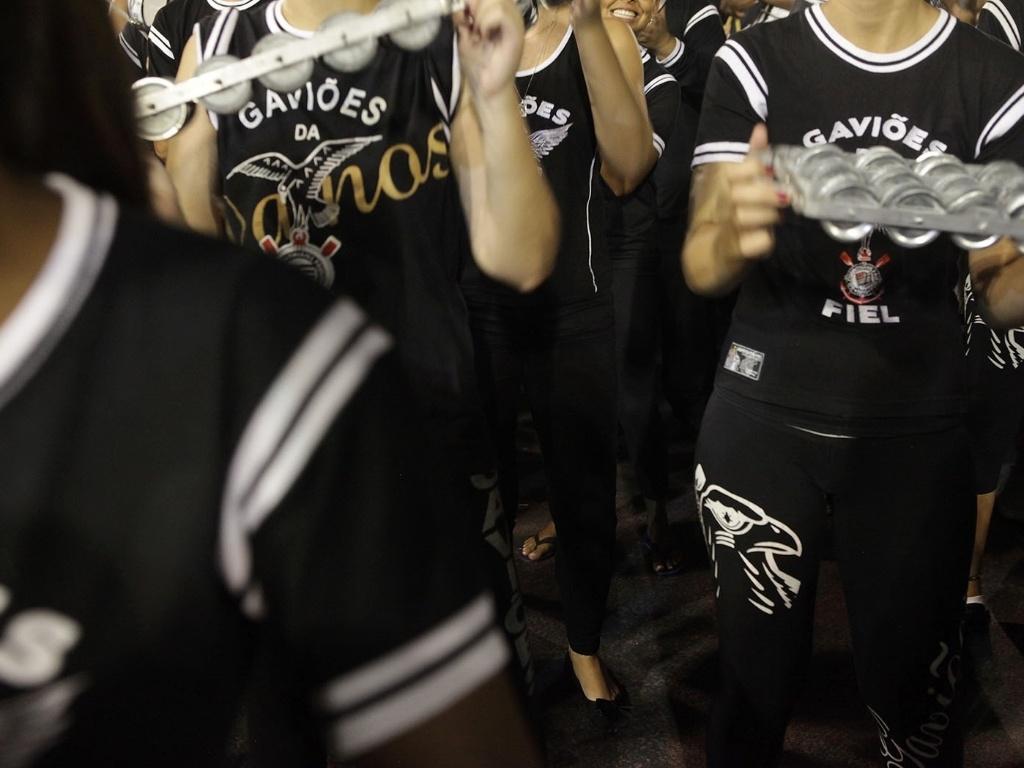 5.jan.2013 - Os torcedores corintianos compareceram em bom número, estenderam faixas pela arquibancada e cantaram junto com a Gaviões da Fiel
